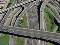 Estradas elétricas para carregar camiões em fase de testes